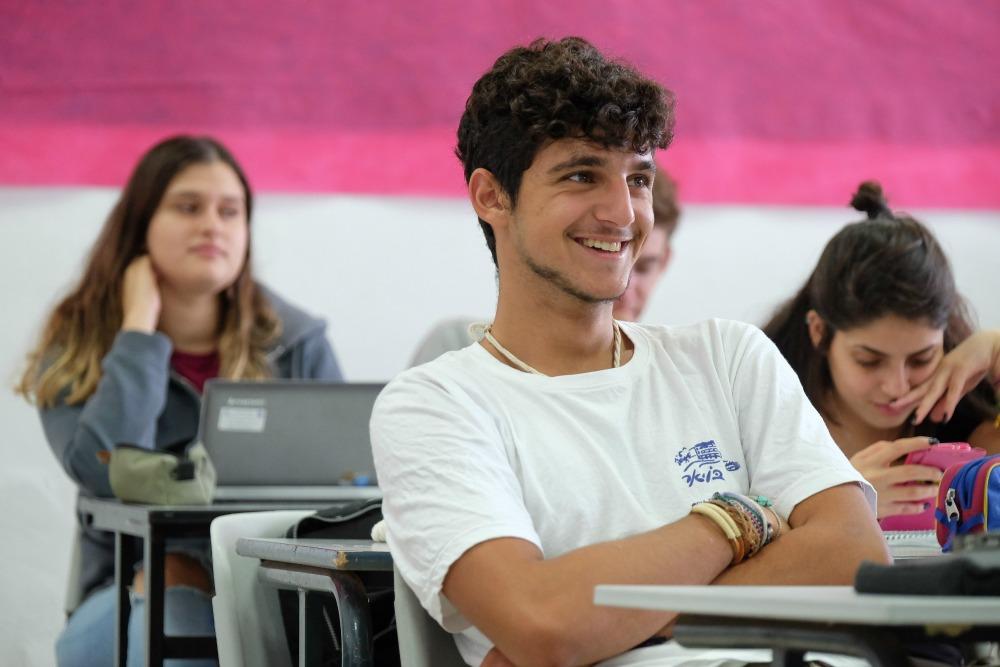 ילד מחייך בכיתה