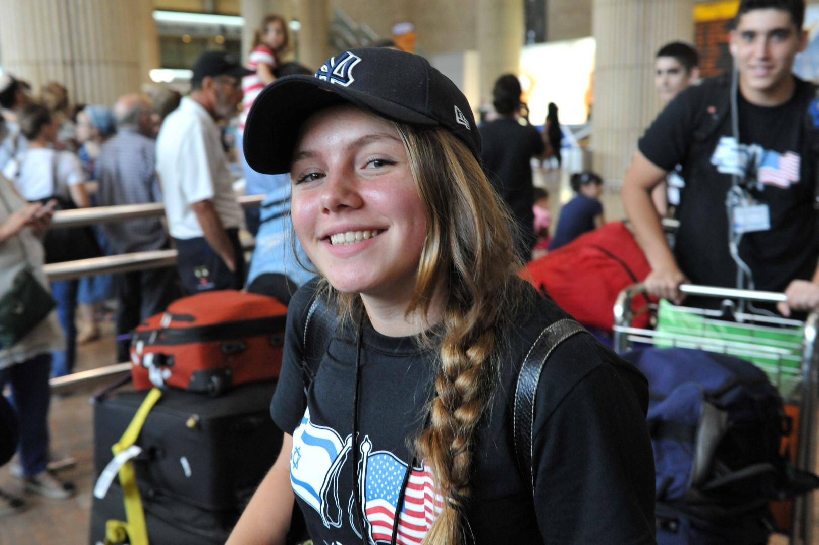 נערה אמריקאית בשדה התעופה