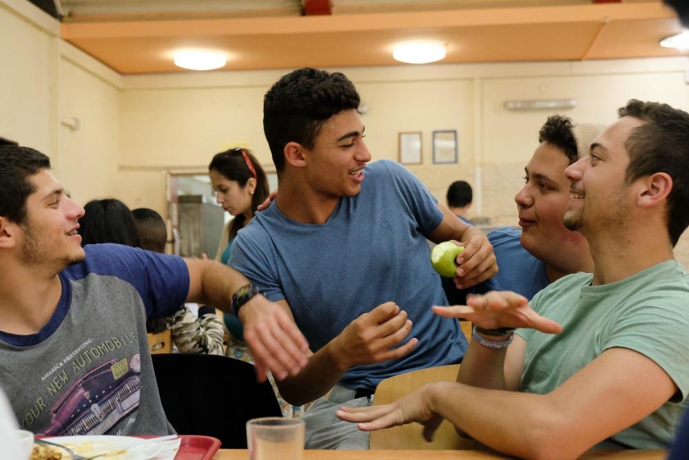 בני נוער צוחקים יחד