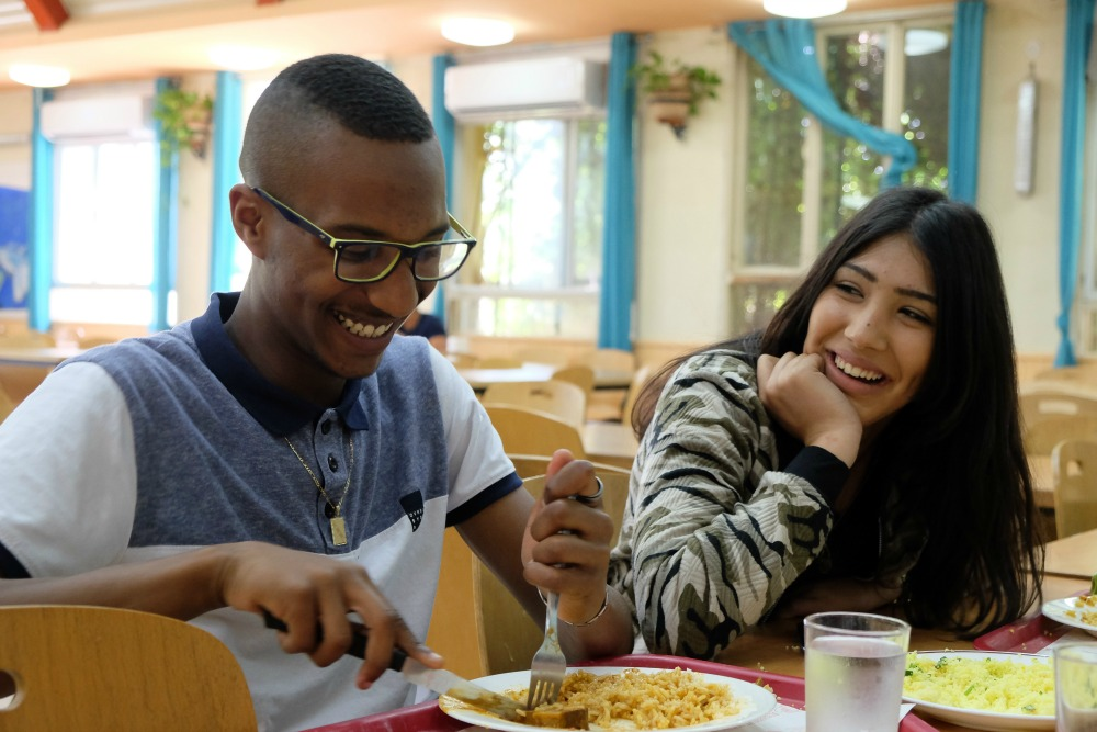 תלמידים בארוחת צהריים בפנימייה