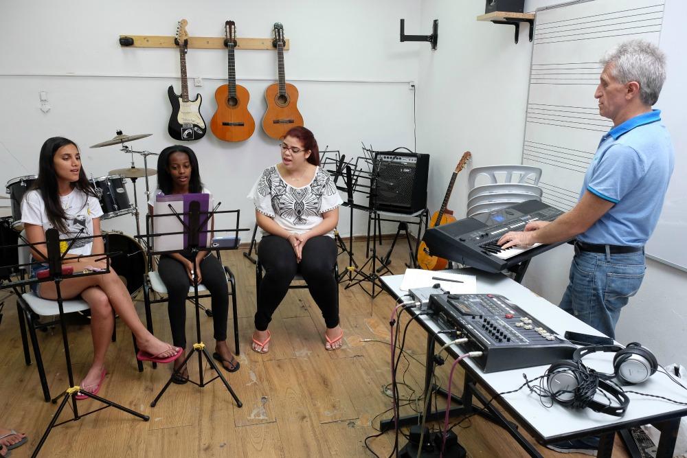 תלמידים בשיעור מוזיקה