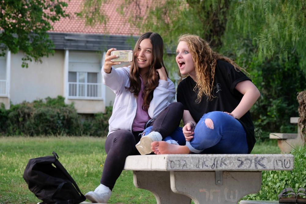 תלמידות מצטלמות יחד בחצר