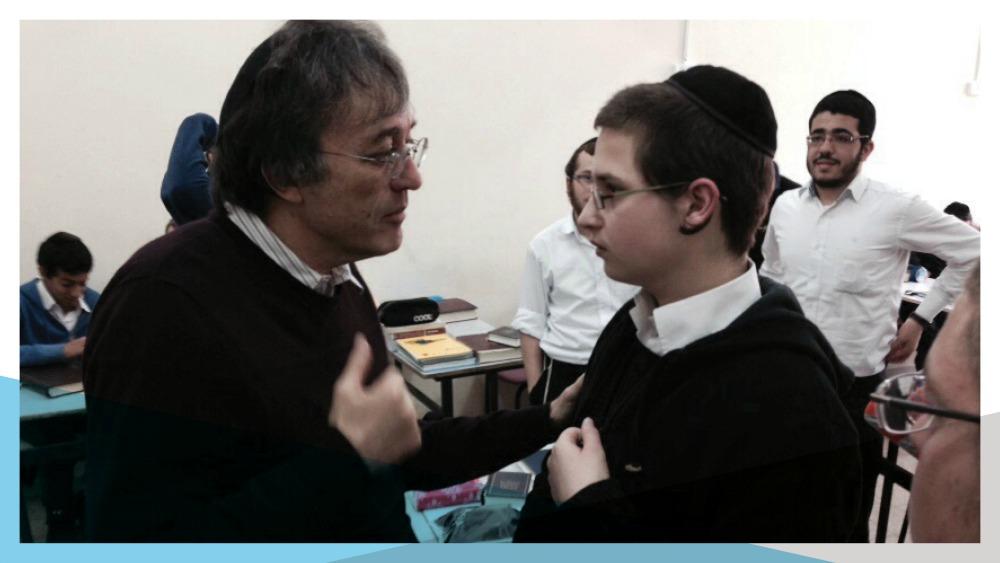 תלמיד ישיבה מדבר עם מורה