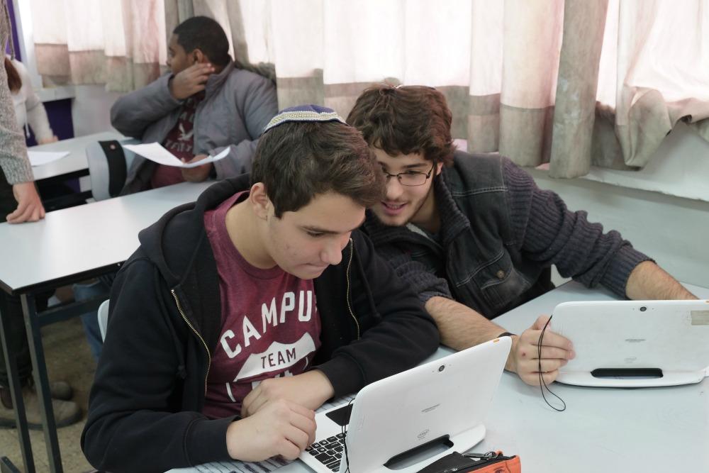 תלמיד עוזר לתלמיד אחר בשיעור