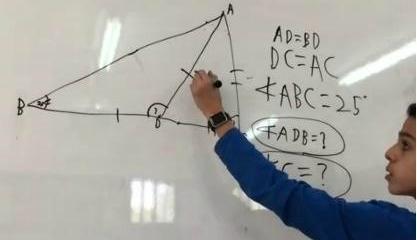 ילד פותר תרגיל מתמטיקה על הלוח בשיעור
