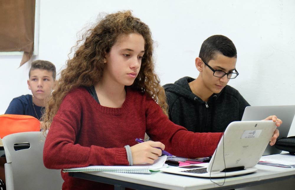 תלמידה לומדת עם מחשב נייד