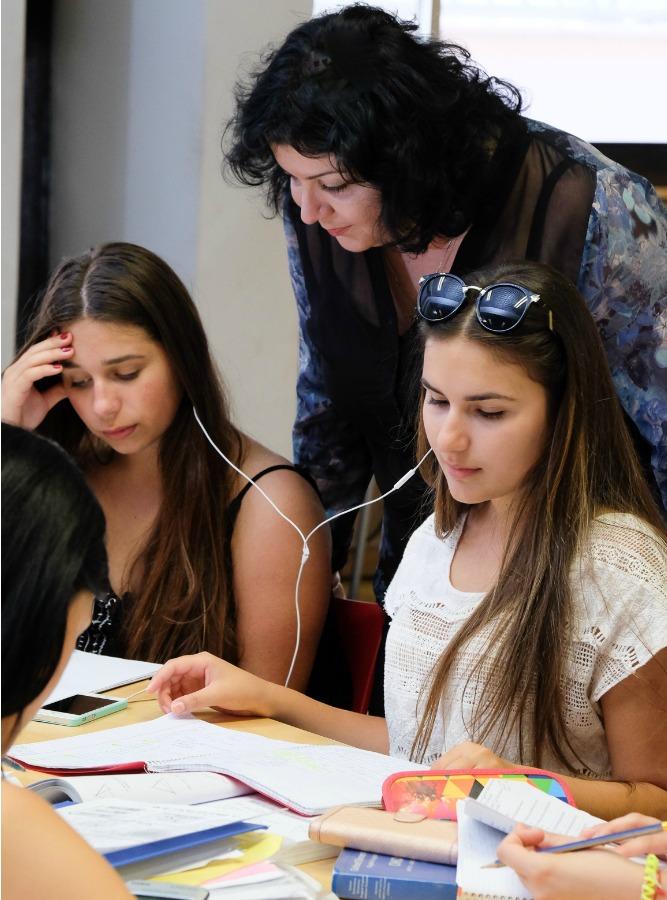 מורה-עוזרת-לשתי-תלמידות-בשיעור