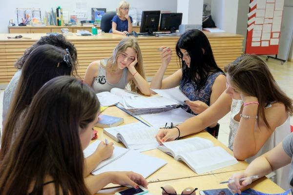 קבוצת-תלמידות-לומדות-יחד-בספריה